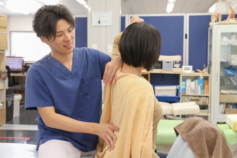 久喜整骨院での猫背調整の施術の様子