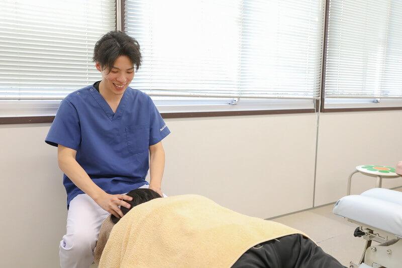 久喜整骨院での頭痛の施術の様子