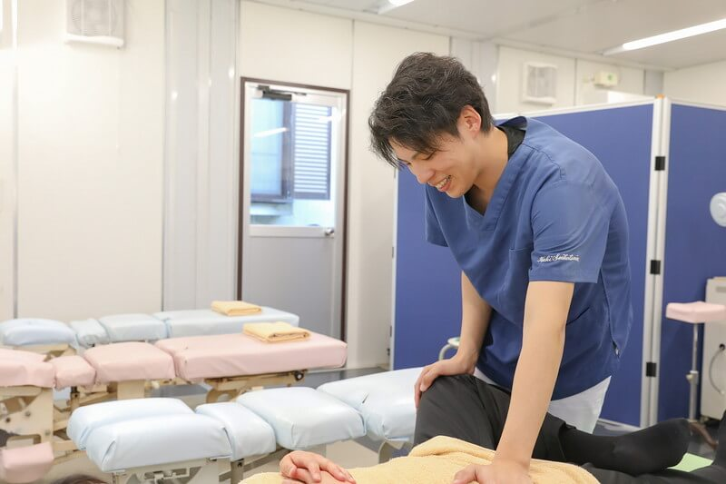 久喜整骨院での股関節の施術の様子