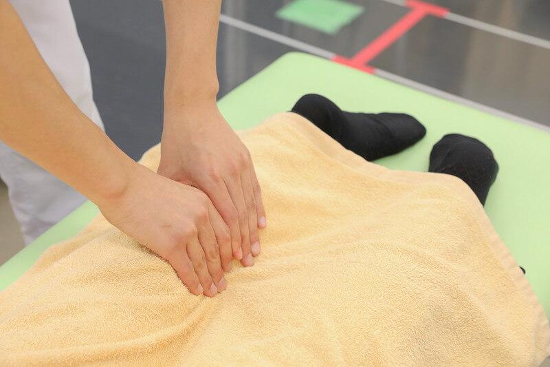 久喜整骨院での足の施術の様子