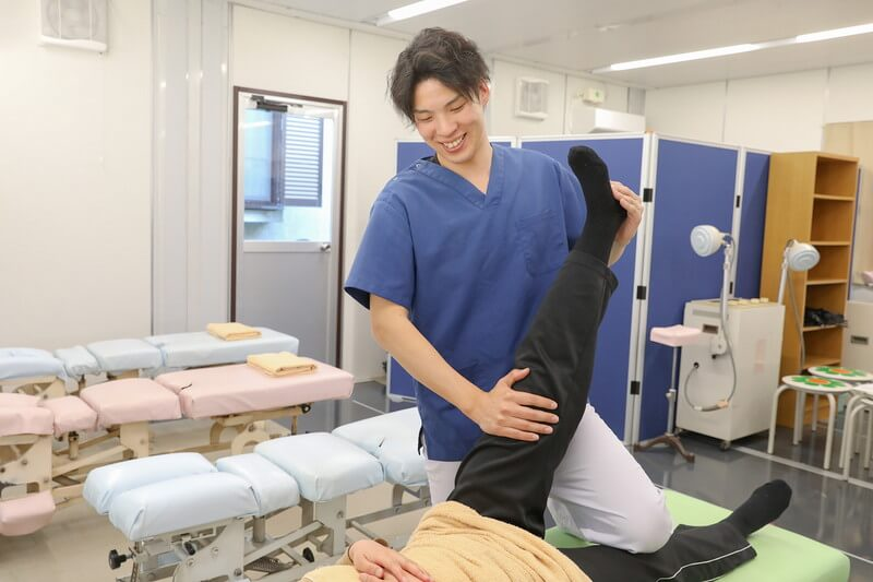 久喜整骨院での股関節・膝・足の施術の様子