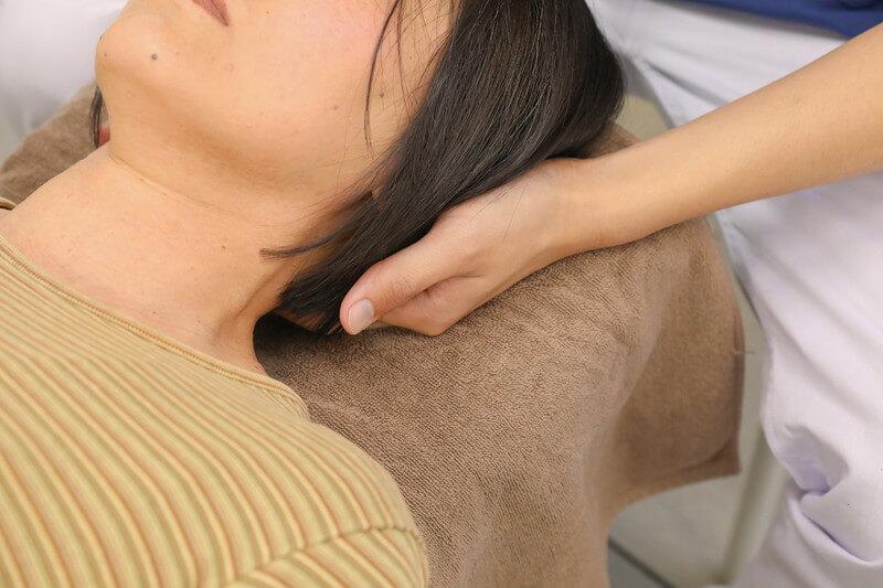 久喜整骨院での首の施術の様子