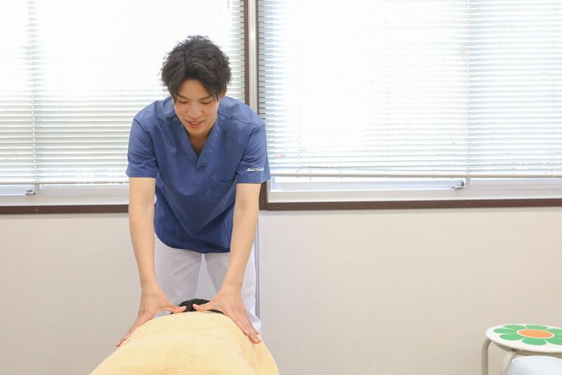 久喜整骨院での肩こりの施術の様子