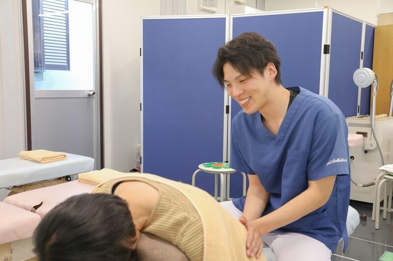 久喜整骨院での骨盤矯正の施術の様子