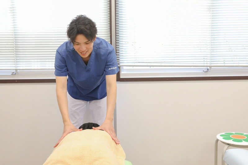 久喜整骨院での肩こりの施術をしている様子