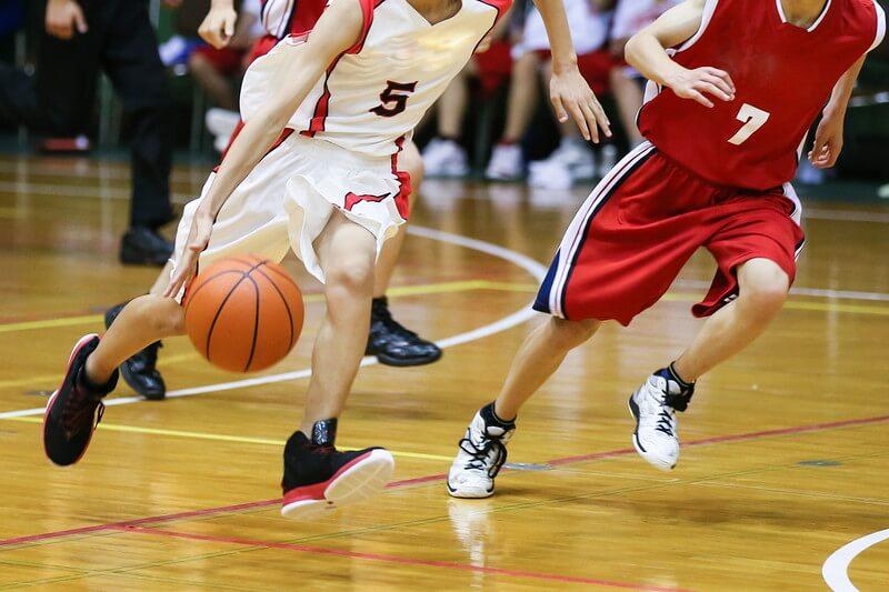 バスケットボールをしている様子