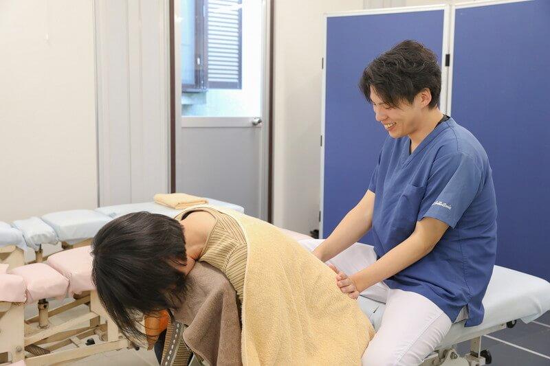 久喜整骨院でのぎっくり腰の施術をしている様子
